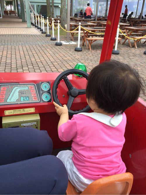 車の乗り物で遊ぶ息子