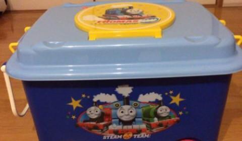トーマスのオモチャ箱に大喜び