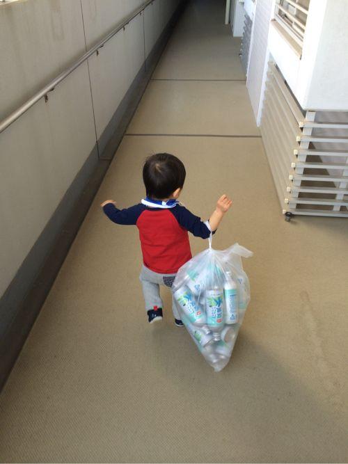 ゴミを運ぶ息子