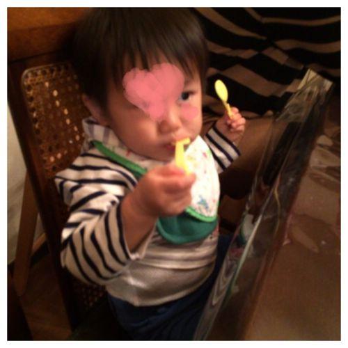食事する息子
